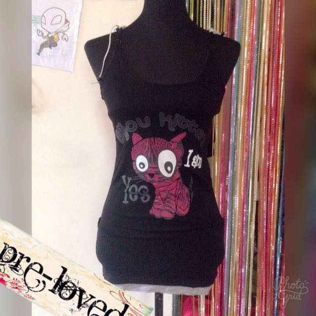 Black razorback shirt w/ cat print