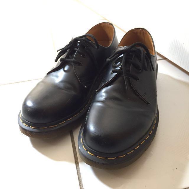 black unisex doc martens 1461 shoes (size 8 mens/9 womens)