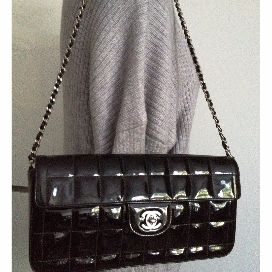 MINT 100% CLASSIC CHANEL Black Quilted Patent Leather Silver Chain Clutch Flap Bag