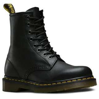 Black dr. Martens 8 hole boots