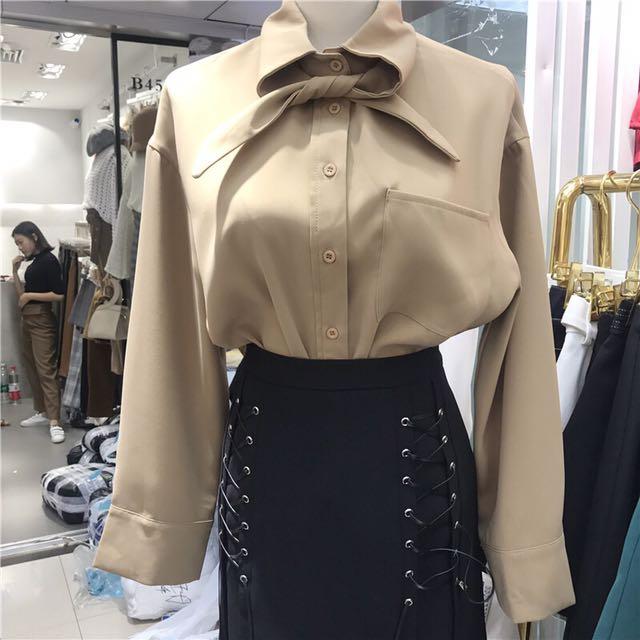 韓 領結 繫帶設計 襯衫 前短後長 卡其 黑 白 藍 四色 預購
