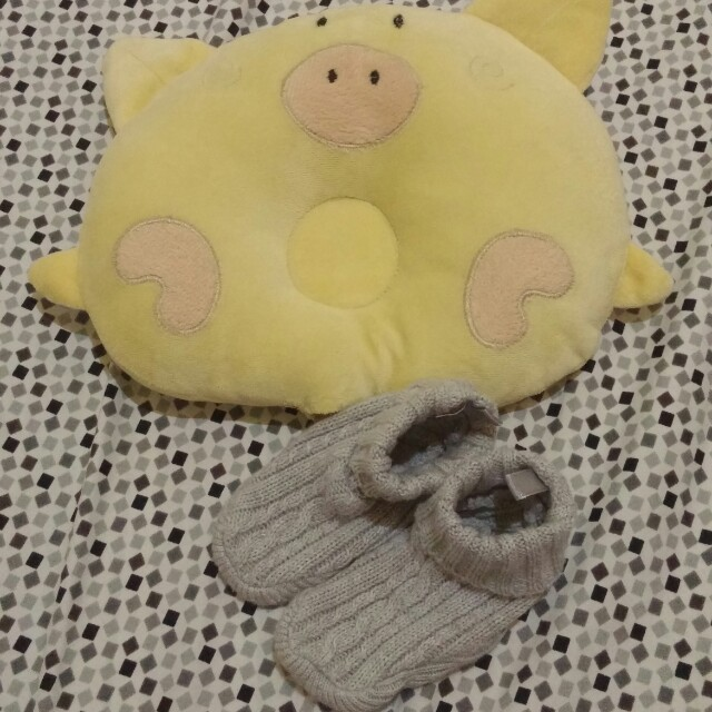 Baby head pillow and knitted boots socks (unisex)