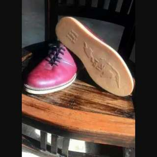 Sepatu brodo maroon