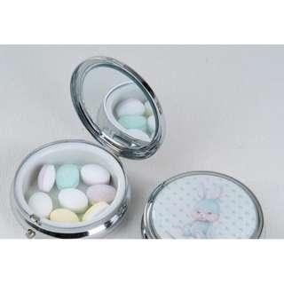 日本設計圓形可愛隨身迷你金屬小藥盒手飾盒耳環盒(兔子藍底5.8CM)