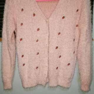 Sweater bulu warna pink.