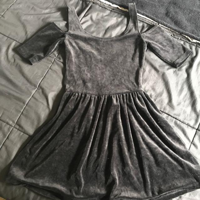 Loving things • black cold shoulder velvet dress