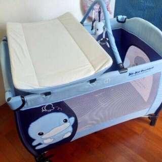 kuku 酷咕鴨酷漾玩樂嬰兒雙層遊戲床-附尿布架+吊掛式蚊帳