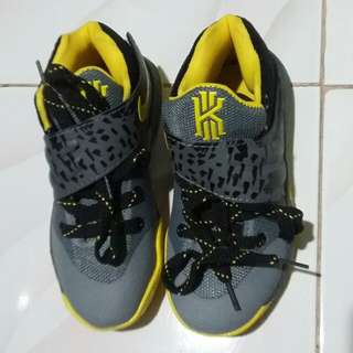 KYRIE NIKE EOM SHOES FOR KIDS(20cm insole)