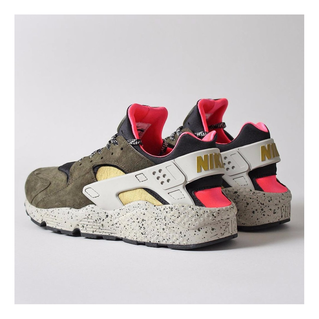 NIKE AIR HUARACHE RUN PREMIUM SHOES – BLACK/DESERT MOSS