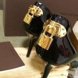 Auth 近全新的LV黑色漆皮金鎖高跟鞋heels 38.5