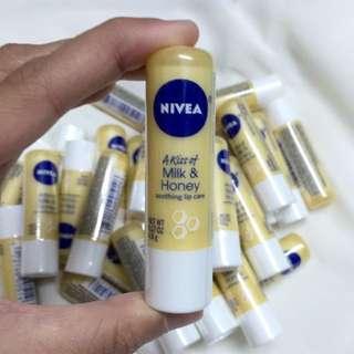 *現貨*全新Nivea Milk And Honey Lipbalm 牛奶蜂蜜潤唇膏