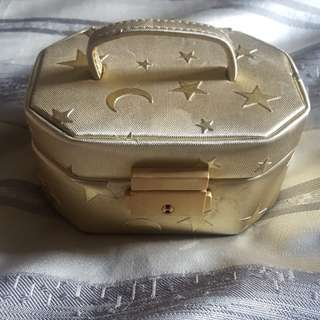 Cute lil gold jewellery box