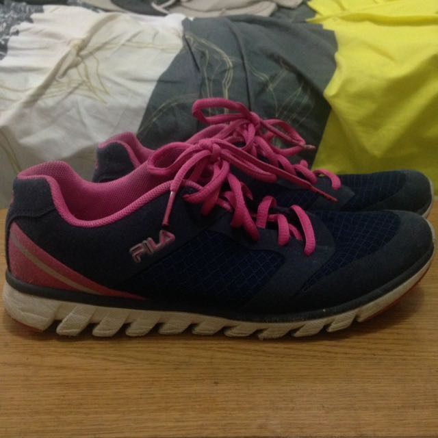 AUTHENTIC FILA RUNNING SHOES SIZE 7