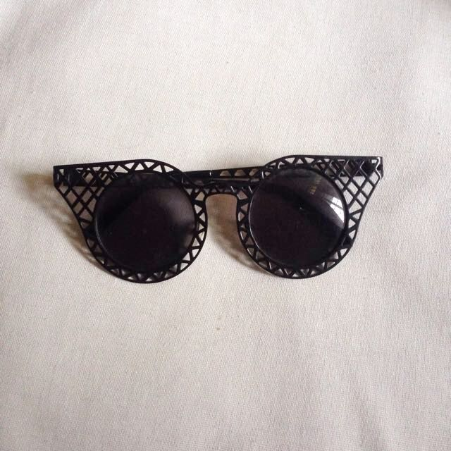 Black graphic sunnies
