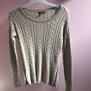 Knit sweater with size zippers