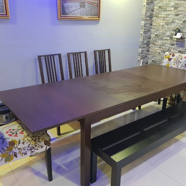 Adjustable Dining Table Can Seat Up To 12 Persons When Fully