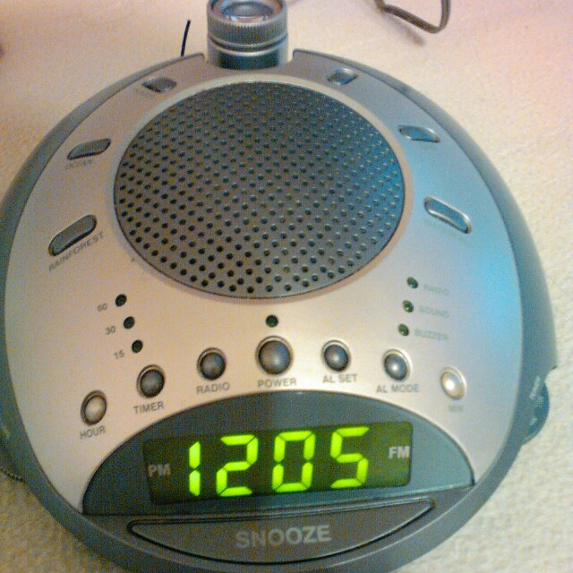 AM/FM clock radio with 6 soothing nature sounds. Also projector light with 180 rotation.
