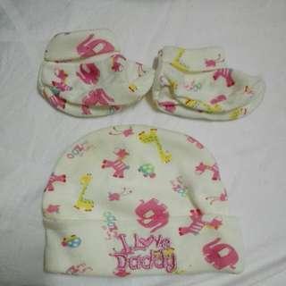 Topi dan sepatu bayi