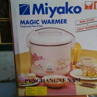 Miyako megic warmer penghangat nasi dan sop...enak bngt g ush pke kompor tinggal msukin aja jd hangat trs..praktissss...