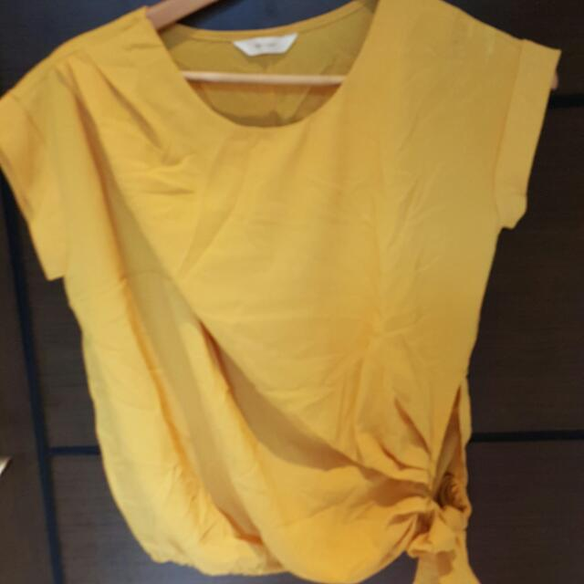 肩寬46公分 胸圍55公分(下擺有彈性) 全長57公分 平量尺寸 芥末黃,韓版短袖上衣 穿過一次 左肩膀又退色痕跡 不介意者在購入