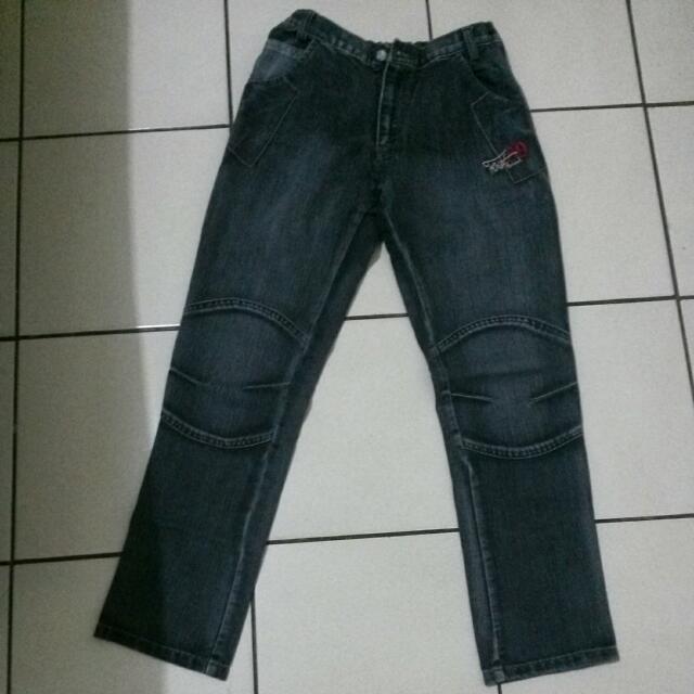 Celana Panjang Twist Warna Hitam.