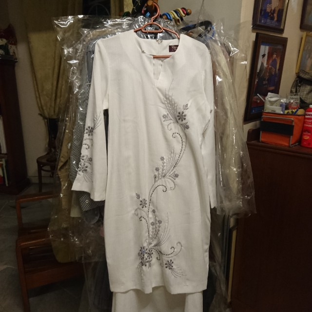 Sireh Penang white baju modern kurung