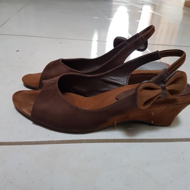 Woman size 6 sandals