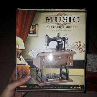 Kotak music berbentuk mesin jahit