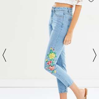 ATMOS&HERE  Eden Embroided Mom Jeans