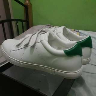 Milanos white shoes w/ box included