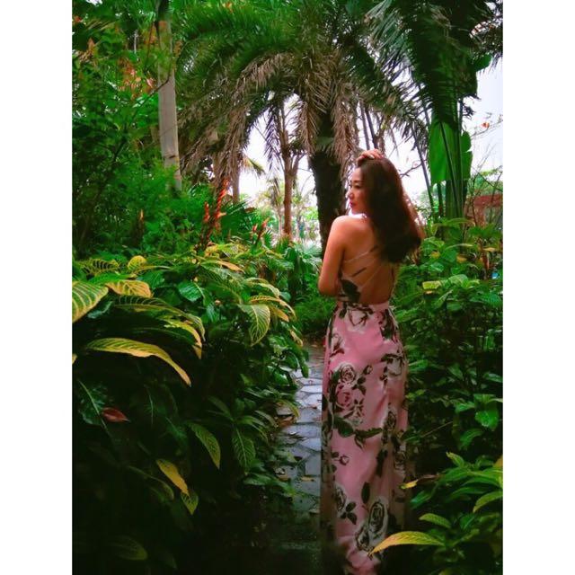 全新歐美時尚大牌性感氣質南洋風渡假風粉紅色花朵交叉鏤空美背開衩雪紡紗連身裙長洋裝