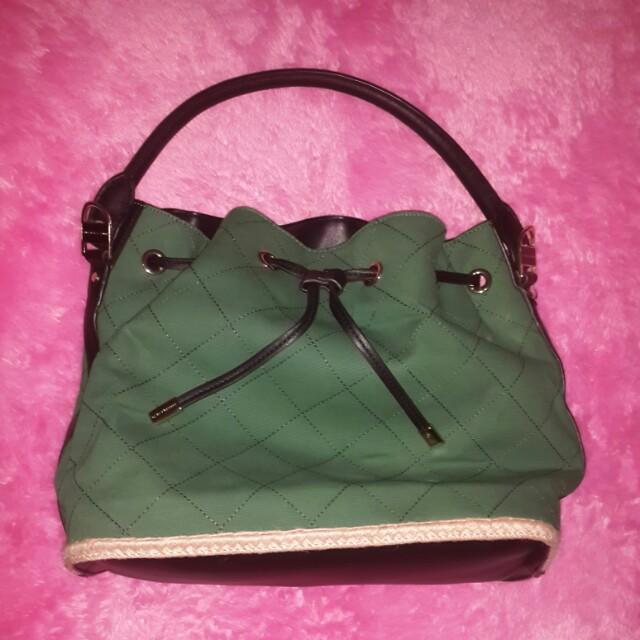 Tas charles & keith warna hijau kombinasi hitam