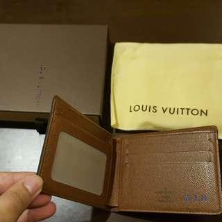 【舊愛好物 二手市集】精品-LV皮夾 包裝盒都在 皮件內當時右下角有請原廠繡英文簡寫 請不介意再購買 感謝
