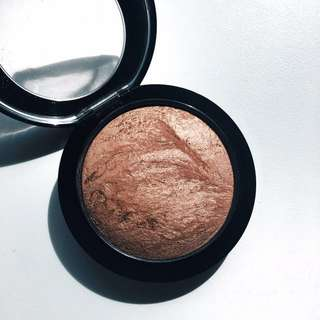 MAC Mineralise Skinfinish: in Cheeky Bronze.