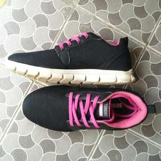 sepatu tomkins hitam/magenta