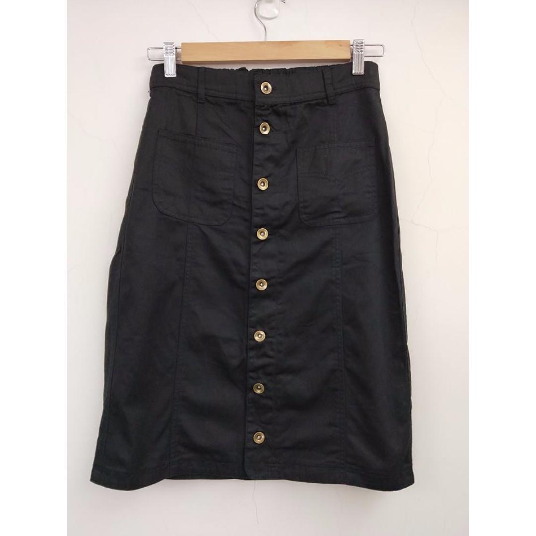 九成新 排釦牛仔裙-黑