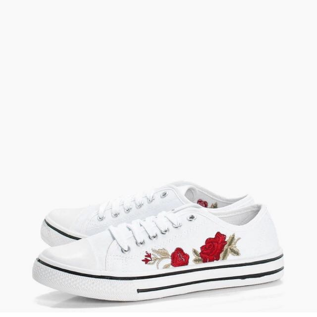 BNIP Este Embroidered Lace Up Canvas Trainer