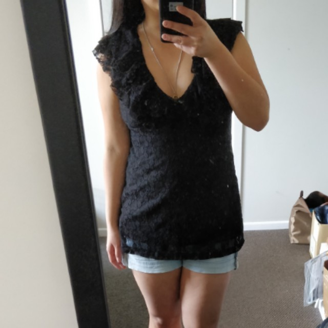 Ruffly lace two-way top