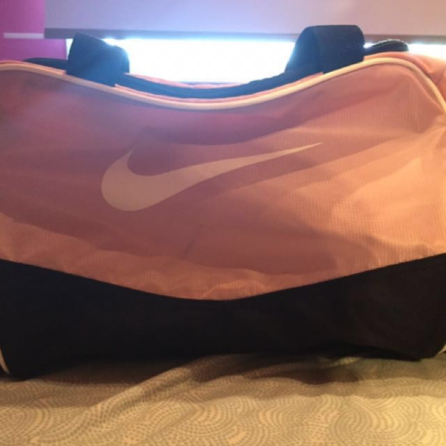 WOMEN'S PINK NIKE DUFFLE BAG
