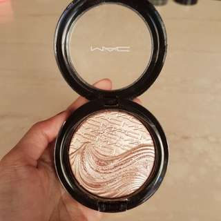 Mac Extra Dimension Skinfinish Highlighter in Superb