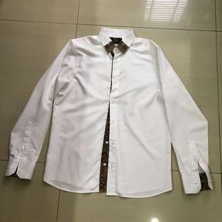 Kemeja putih kombinasi batik