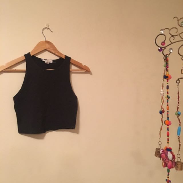 2 Cropped tops