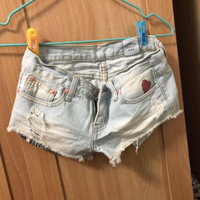淺色牛仔短褲