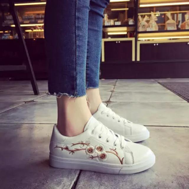 FREE SHIPPING! Korean Embroidery White Campus Sneakers