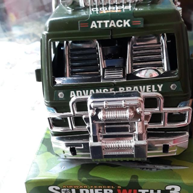 Mainan truk militer