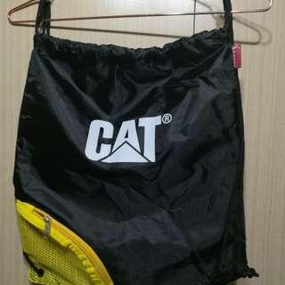 🚚 美國知名品牌CAT軍規手機束口袋束口後背包