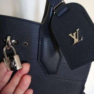 (Brand New) LV Navy Leather Handbag/ ShoulderBag (全新無用過)