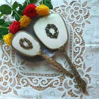 美國老件金屬雕花浮雕玫瑰花圈手拿鏡+手拿梳組