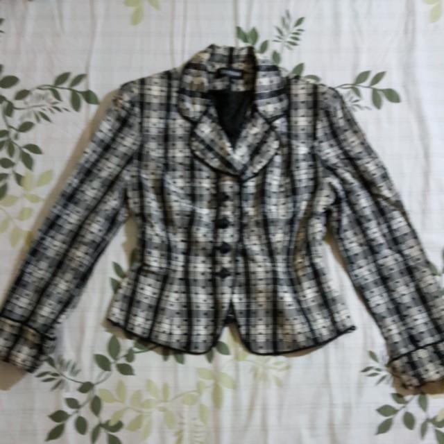 外套 會皺皺的 是因為折在衣櫥的關係 少穿 無瑕疵