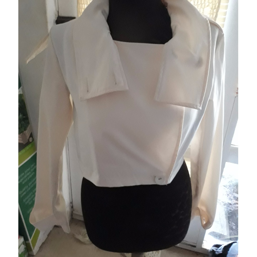 Elle Would! Size 12 white collar detail jacket. (REDUCED- missing epaulette button)